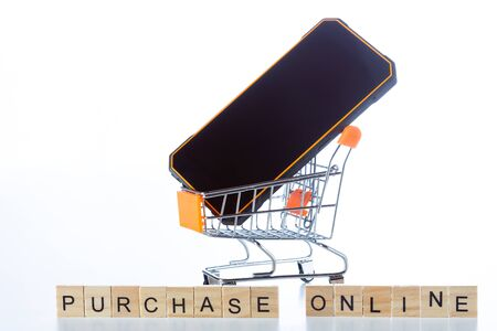 Shopping cart with a mobile for online purchases Standard-Bild