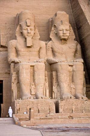 pyramide egypte: Le temple d'Abou Simbel, dans le d�sert de Nubie en �gypte. Banque d'images