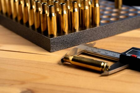 Production of cartridges for a rifle, reload. Measurement of the empty cartridges with a caliper Banque d'images