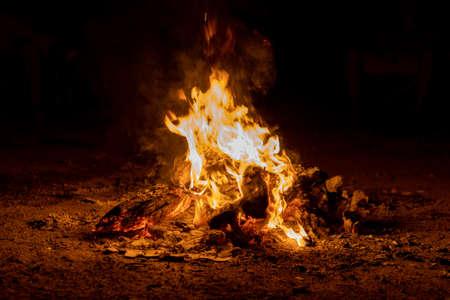 Bright beautiful bonfire at night, camping. horisontal Banque d'images