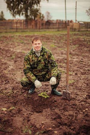 sembrando un arbol: Jardinero de plantar un �rbol Foto de archivo