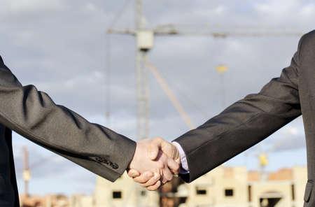 Дрожание рук против реального здания недвижимости