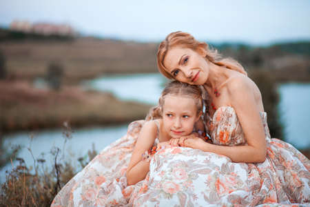 pessoas: The Mother and daughter in matching dresses.
