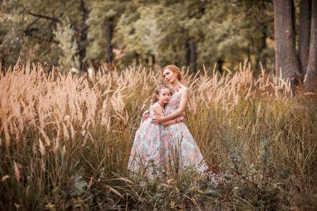 pessoas: Mãe e filha em vestidos correspondentes. Imagens