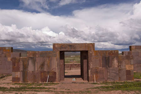 Entrada principal al templo de Kalasasaya, Tiwanaku, Bolivia. Declarado patrimonio de la humanidad de la UNESCO Foto de archivo - 5904010