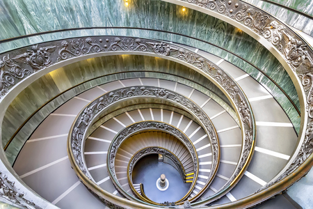 Berühmtes Vatikan Museum, Treppenhaus gibt es mehr gotische Atmosphäre. Vatikanmuseum in Rom, Italien