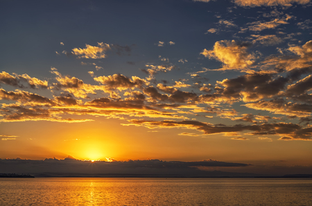 Hermoso paisaje oceánico con vibrante atardecer o amanecer