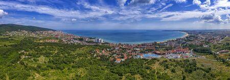 Erstaunliche Luftpanorama-Drohnenansicht der Bucht Sonnenstrand, Nessebar und Sveti Vlas, Bulgarien