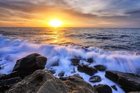 El impresionante paisaje marino con el cielo colorido y la espuma de agua en la costa rocosa del Mar Negro