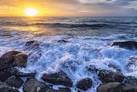El impresionante paisaje marino con el colorido cielo del amanecer en la costa rocosa del Mar Negro Foto de archivo
