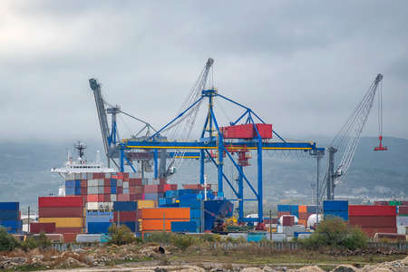 Port cranes ready to load containers from cargo ships. horizontal view 版權商用圖片