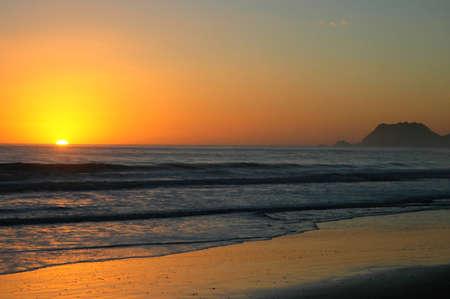 january sunrise: Salida del sol el 1 de enero de 2005, Tokumaru Bay, Nueva Zelanda Foto de archivo