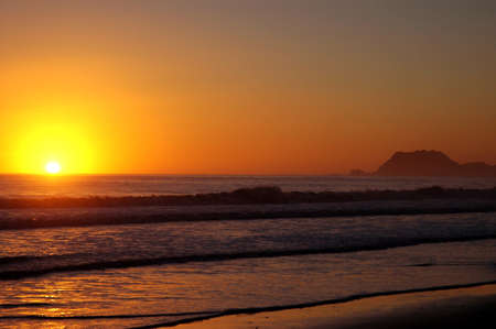 january sunrise: Salida del sol del amanecer sobre el oleaje en la playa de Nueva Zelanda el 1 de enero de 2005, la Bah�a de Tokumaru