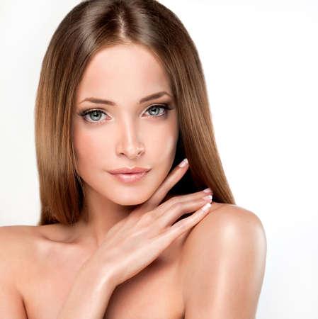 unas largas: Hermosa chica con el pelo casta�o. Pelo largo y liso brillante con la salud.
