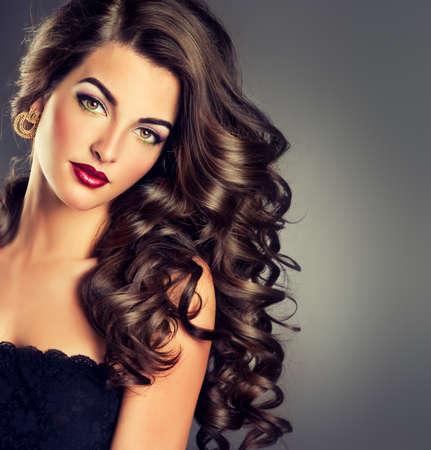 femme brune: Belle brune de mod�le avec de longs cheveux fris�s Banque d'images