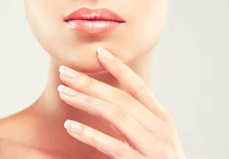 labios sensuales: Beauty Spa La Mujer. Muchacha hermosa tocar su cara