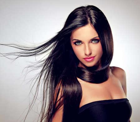 Модель с развевающимися волосами и модный макияж Фото со стока