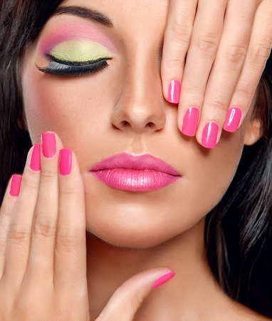 Modieuze make-up en fuchsia kleur manicure Stockfoto