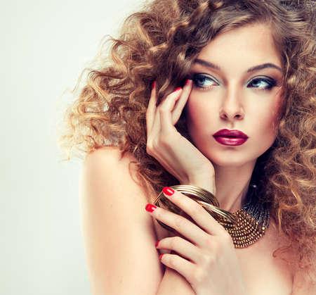 cabello largo y hermoso: Modelo con el pelo rizado Foto de archivo
