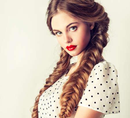 retrato moderno de la muchacha bonita con dos coletas