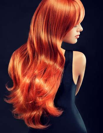 belle brune: Girl Fashion avec une belle et brillante hair.Model rouge avec de longs cheveux roux bouclés