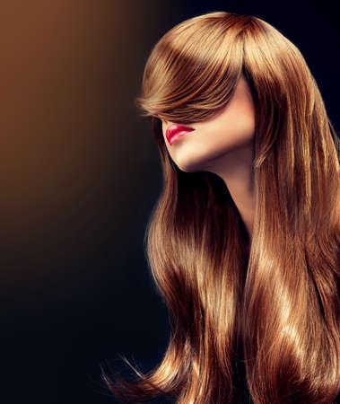 cabello rizado: Bella modelo morena con el pelo rizado largo Foto de archivo