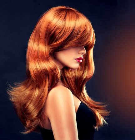 pelo rojo: Fashion Girl con hair.Model roja hermosa y brillante con el pelo largo y rizado de color rojo Foto de archivo
