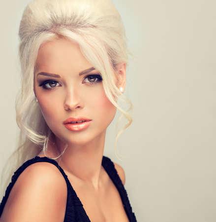 capelli biondi: Bello modello con i capelli stile retrò bouffant capelli e una folta coda