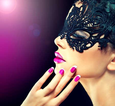 labios sensuales: misteriosa chica en el carnaval festivo máscara del cordón con clavos fucsia Foto de archivo