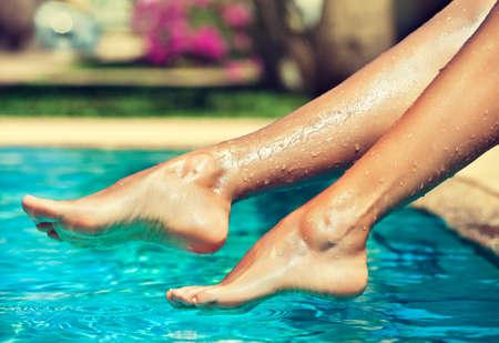belles jambes: jambes de femme agréable dessus de l'eau
