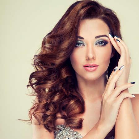 unas largas: Modelo hermoso con mucho maquillaje de moda el pelo rizado y clavos de plata