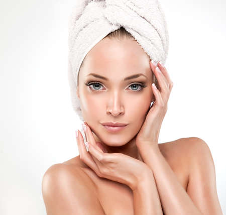 Spa Meisje met schone huid. Mooie Jonge Vrouw Na Bad raken haar gezicht
