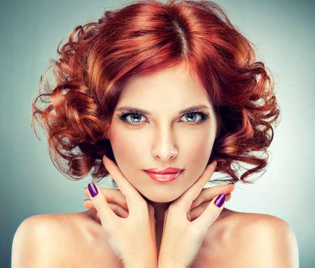 mooie roodharige meisje met krullen en modieuze make-up Stockfoto