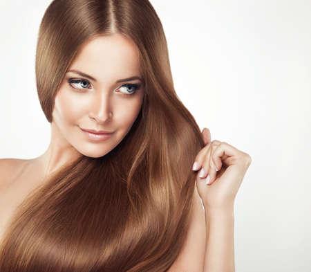 Hermosa chica con el pelo castaño. Largo Shine pelo liso con la salud.
