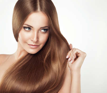 Mooi meisje met bruin haar. Lang steil haar Shine met gezondheid. Stockfoto