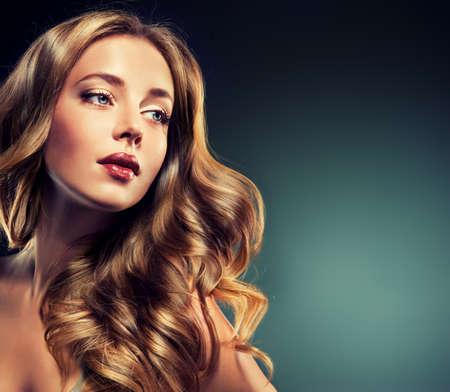 pelo rojo: Fashion Girl con hermosos rizos y cabello casta�o brillante Foto de archivo