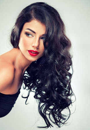 mooie brunette: Model brunette met lang krullend haar Stockfoto