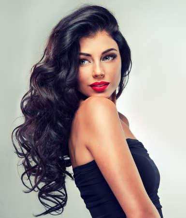 modelo hermosa: Modelo morena con el pelo largo y rizado