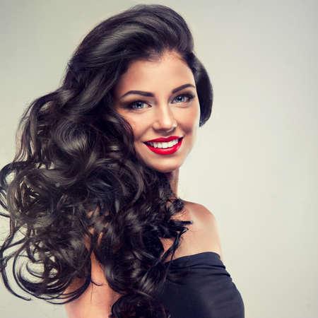 capelli lunghi: Bruna modello con lunghi capelli ricci Archivio Fotografico