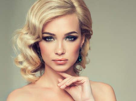Charmant meisje blond krullend haar. Mooie fashion model.
