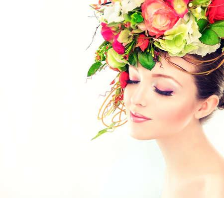 frescura: Primavera o verano frescura. Chica con flores en colores pastel delicados en el cabello Foto de archivo