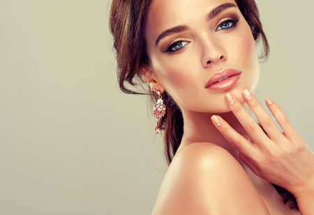 maquillage: Maquillage pour les yeux et les lèvres, eye-liner et rouge à lèvres corail. Banque d'images