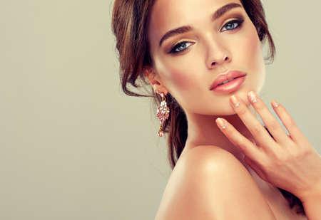 maquillaje de ojos: Maquillaje para ojos y labios, delineador de ojos y l�piz labial coral.