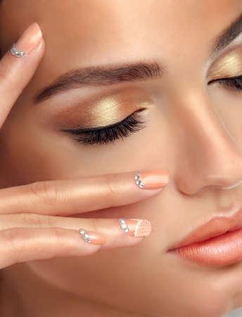 Make-up voor ogen en lippen, eyeliner en koraal lippenstift. Stockfoto