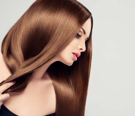 lang haar: Meisje model schoonheid met glanzende lang bruin stijl haar Stockfoto