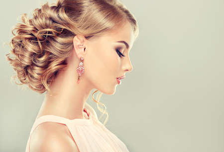 mujer bonita: Modelo hermoso con el peinado elegante