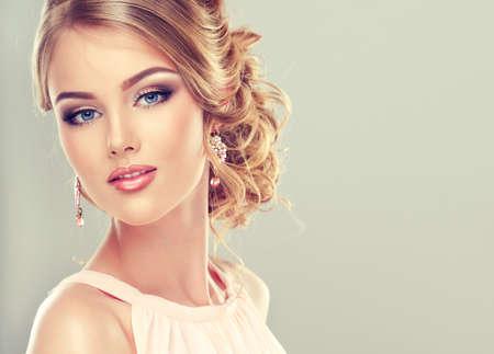 Krásný model s elegantním účesem Reklamní fotografie