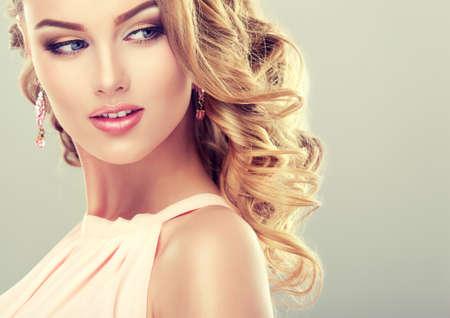Glimlachend mooi meisje licht bruin haar met een elegante kapsel Stockfoto