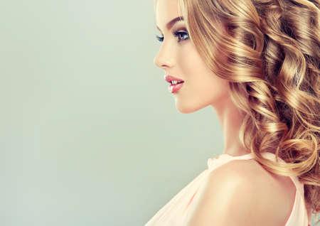 笑みを浮かべて美しい女の子明るい茶色の髪とエレガントなヘアスタイル 写真素材