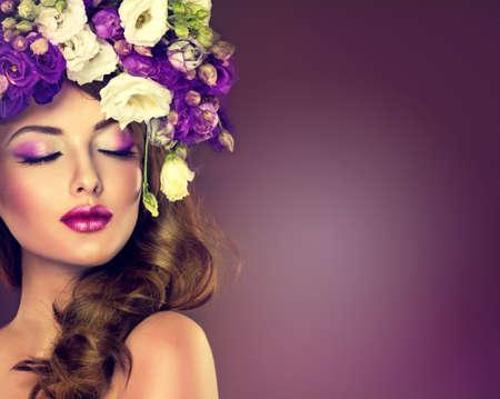 frescura: Primavera o verano frescura. Chica con delicadas flores en el pelo